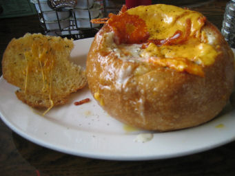 Clam chowder au gratin in a sourdough bowl