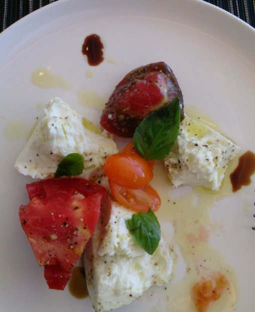 DSC_0002_Qantas_First_Class_Lounge_Sydney_heirloom_tomatoes_buffalo_mozzarella_20150306